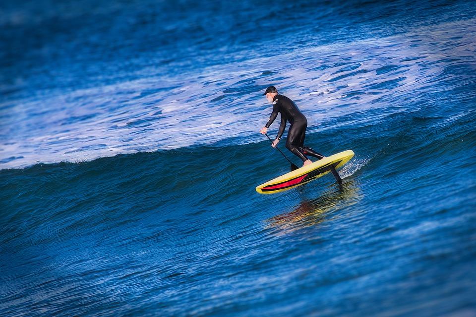Mann auf E Surfboard